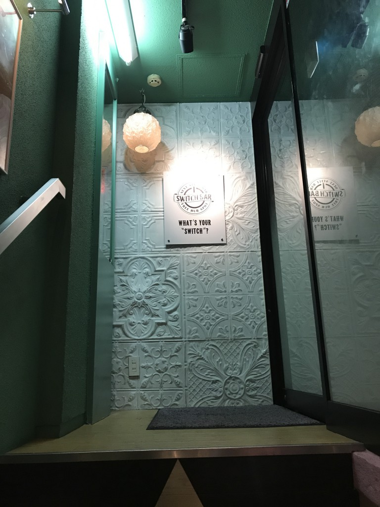 スイッチバーの梅田阪急駅前店の入り口